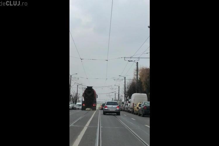 O betonieră era să facă prăpăd în Mănăștur. Șoferul mergea pe contrasens și forța avansarea în trafic - VIDEO