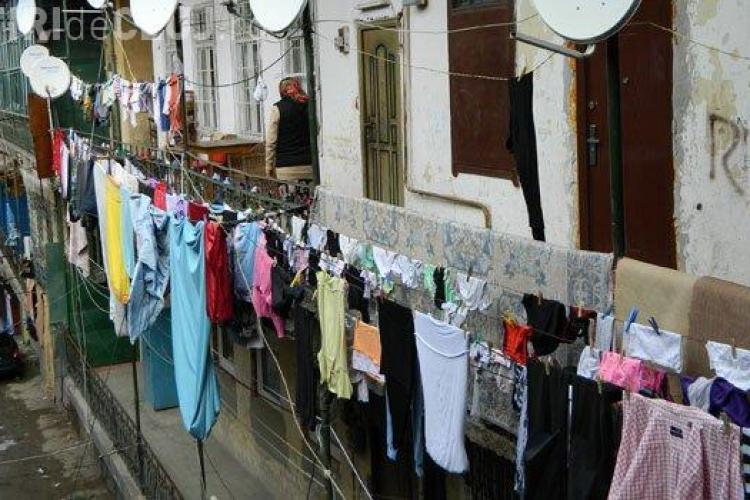 CLUJ: Oamenii din Gherla nu mai au voie să își usuce rufele pe balcon! Riscă amenzi usturătoare