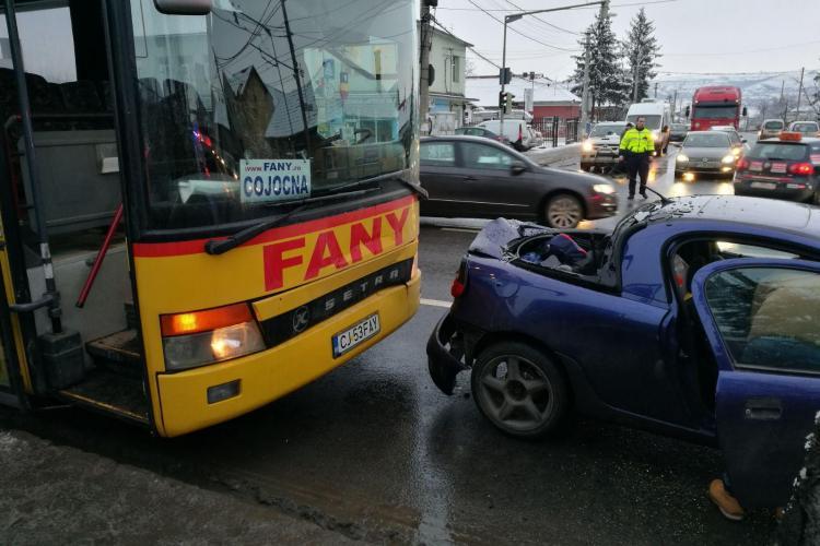 Accident la coborâre de pe podul IRA. Autobuzul s-a oprit într-o mașină la semafor - VIDEO