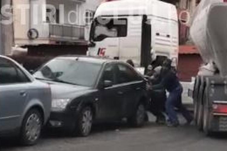 """Muncitori surprinși făcând o """"românească"""" în Mănăștur. Au mutat cu forța o mașină parcată, până când au lovit-o VIDEO"""