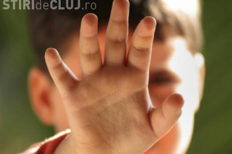 VIDEO - Mamă cercetată după ce și-a traumatizat copilul cu ajutorul unui bărbat costumat în Moș Niculae