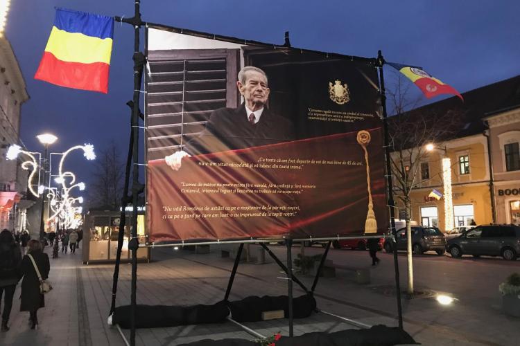 Portret imens al Regelui Mihai, instalat pe Bulevardul Eroilor - FOTO