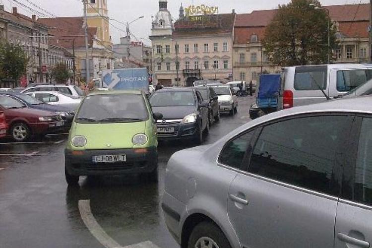 Cluj-Napoca: Au majorat EXTREM de mult tarifele de parcare în centrul Clujului: 230 de lei pe zi