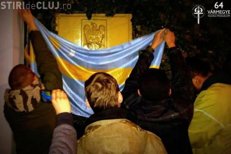 Activiștii maghiari au acoperit emblema ambasadei de la Budapesta cu steagul secuiesc