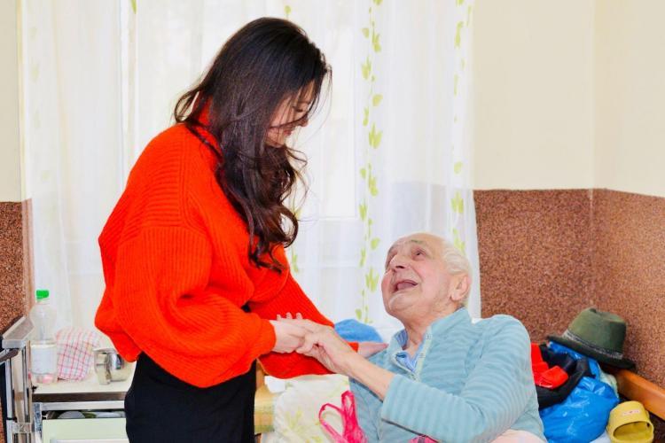 Poezii pentru bunici! O actriță a vândut calendare cu poezii și i-a ajutat pe bunicii de la un cămin - FOTO