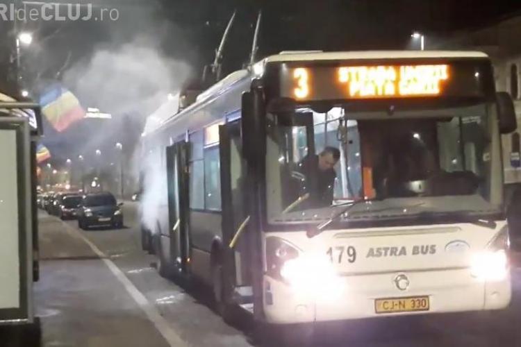 """Cluj: Un troleibuz s-a """"încins"""" lângă Sora. CTP Cluj: A fost vorba despre o supraîncălzire - VIDEO"""