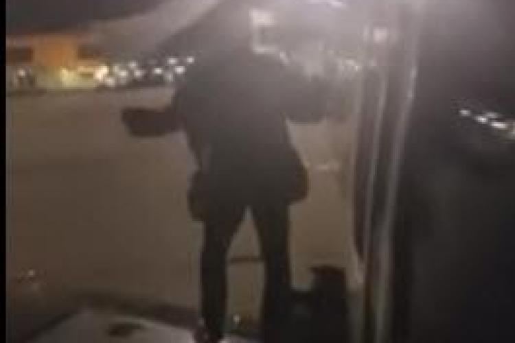 Un pasager a deschis ieşirea de urgenţă a avionului, furios că a aşteptat prea mult - VIDEO