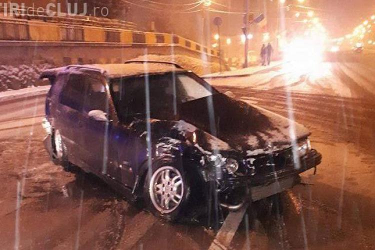 Patru mașini distruse la Cluj, după ce un BMW a derapat pe drum FOTO