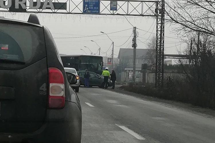 Accident la intrare în Turda. Un autocar și un autoturism sunt implicate FOTO