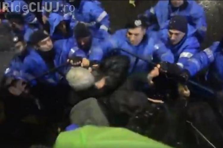 Violență extremă la protestul de sâmbătă. Un jandarm a început să lovească oamenii VIDEO