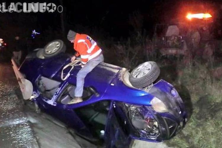 Accident pe un drum din Cluj. Un șofer a scăpat ca prin minune, după ce s-a răsturnat cu mașina VIDEO