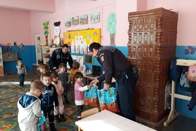 """Polițiștii din Beliș l-au """"escortat"""" pe Moș Nicolae - FOTO"""