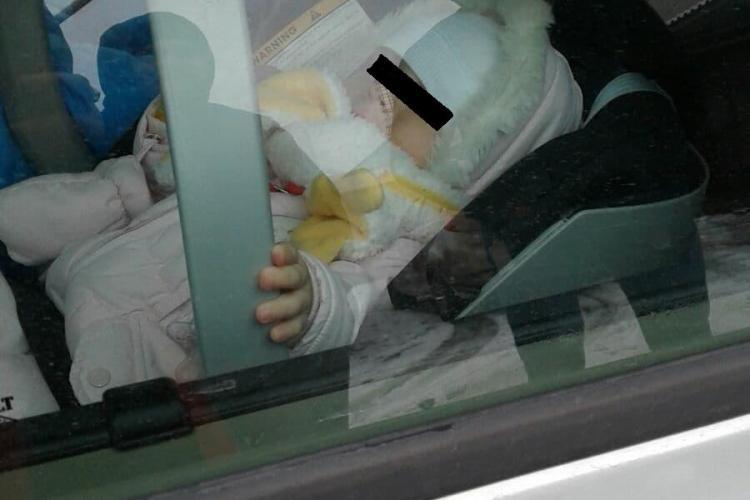 Cluj: Și-au UITAT bebelușul în mașină timp de o oră și au plecat la shoping la VIVO - FOTO EXCLUSIV