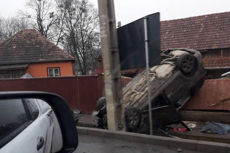 Mașină răsturnată în Gilău, pe gardul unei case. Cum s-a întâmplat totul - FOTO