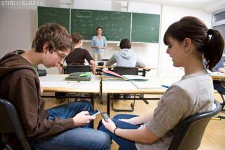 Elevii din Cluj nu mai au voie cu mobilele la cursuri. Ce se întâmplă cu uniforma