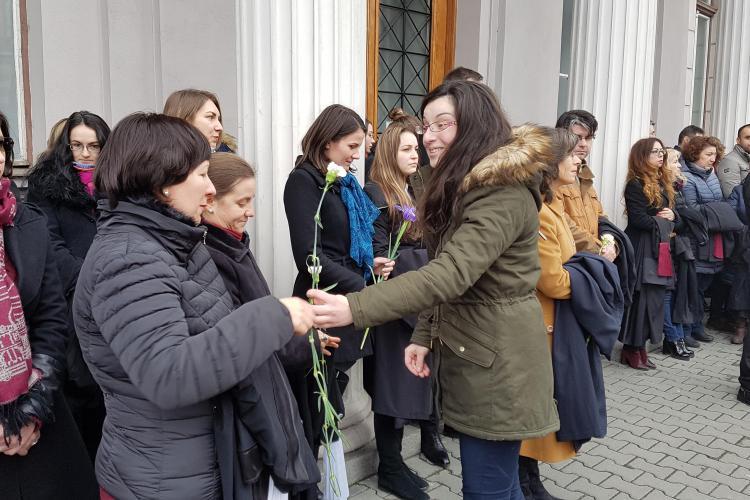 PROTEST la Cluj! Judecătorii au primit flori. Danileț: Judecătorii vor trebui să îi anunțe pe cei interceptați