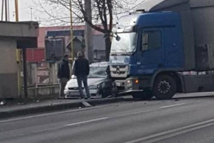 Accident lângă Aeroportul Cluj. Un TIR s-a urcat peste un autoturism - FOTO