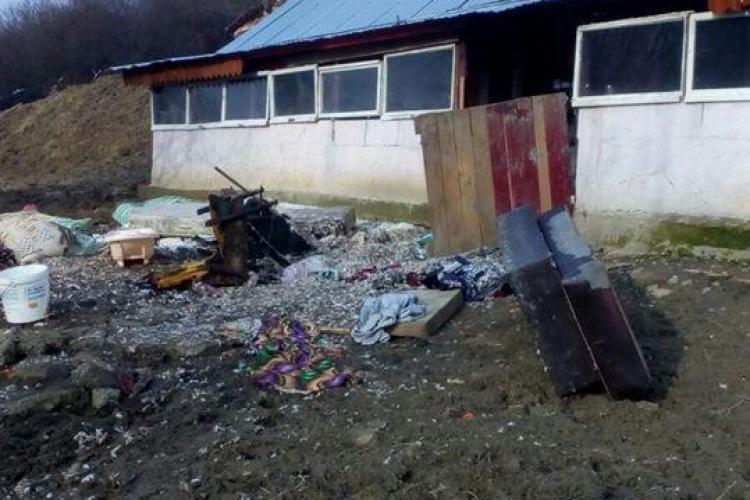 CLUJ: Casă cuprinsă de flăcări la Bobâlna. Doi copii și un bărbat au fost răniți FOTO