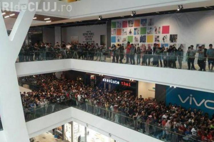 Haos la Mall, după ce un magazin a anunțat că vinde iPhone-uri cu 50 de dolari FOTO