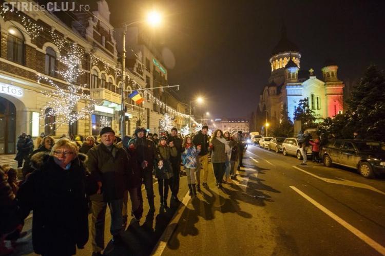 Cea mai mare Hora Unirii din istoria Clujului. Oamenii au dansat în jurul Catedralei - VIDEO