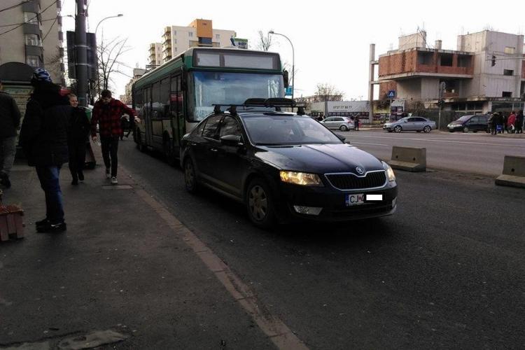 Cocalar de 8 Martie: Șoferul mașinii a oprit în stație ca să cumpere flori - FOTO