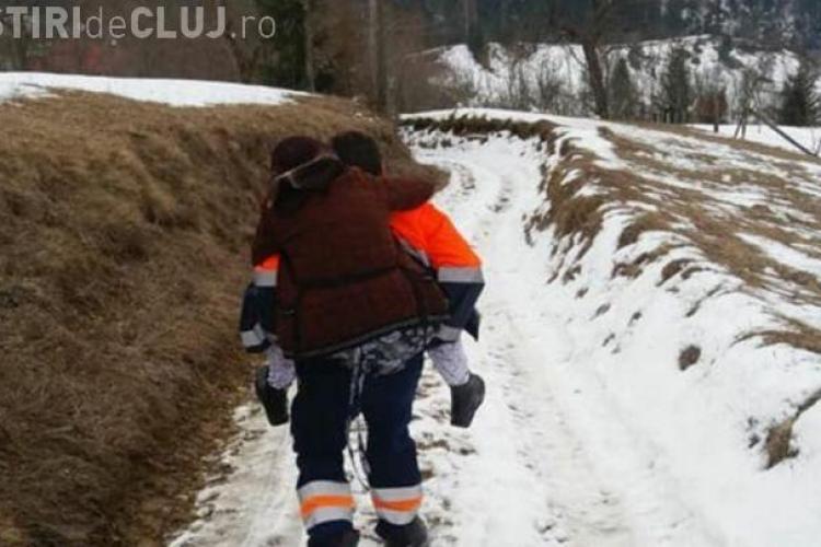 Ambulanţierul din Apuseni care a cărat o pacientă în spate, pus să dea notă explicativă