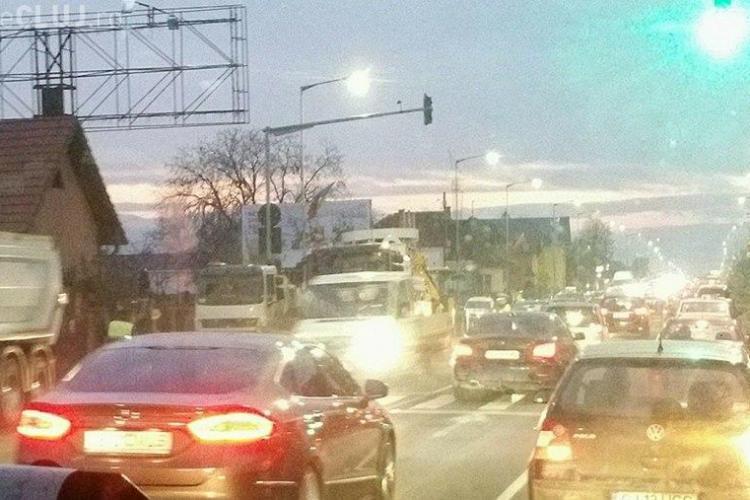 Blocaj în Florești, din cauza lucrărilor la canalizare: Cineva a turnat beton în canalizare - FOTO