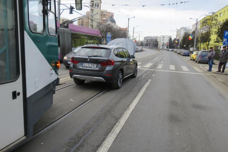 Tramvaiele, blocate în Mănăștur. Un autoturism a rămas defect pe linia de tramvai