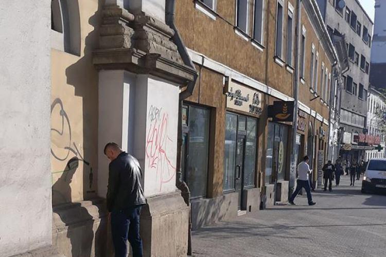 Clujeni de cinci stele! A urinat pe biserica maghiară din centrul orașului, în plină zi - FOTO