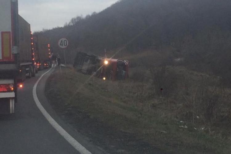 CLUJ: Accident grav pe drumul Huedin - Oradea. Un TIR s-a răsturnat pe marginea drumului FOTO