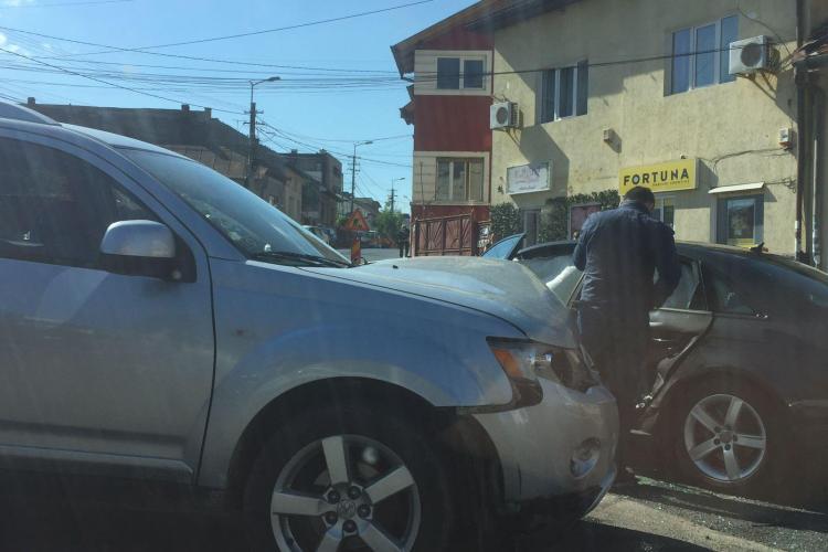 Accident pe strada Septimiu Albini, în mini sensul giratoriu - FOTO