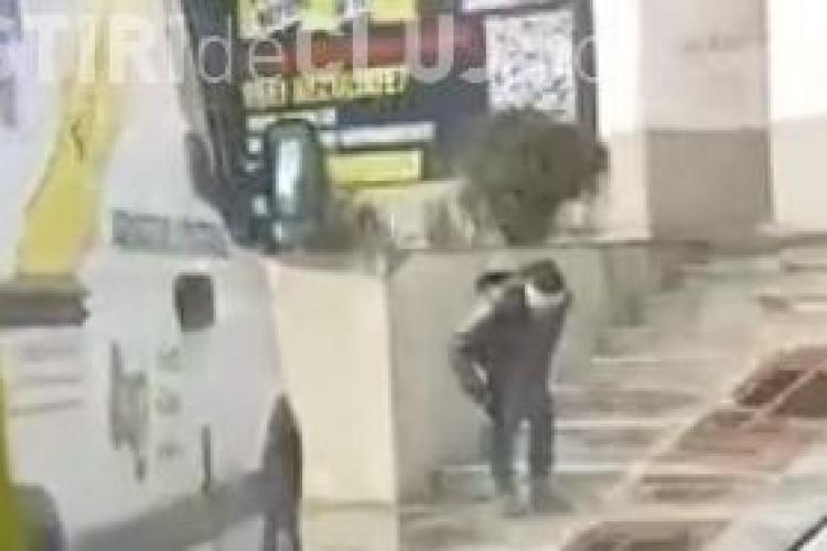 Femeie surprinsă ușurându-se pe stradă în plină zi, în Mărăști. Lipsa băilor publice e o problemă? VIDEO