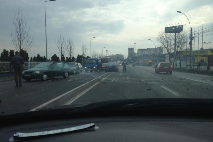 """Accident la Praktiker, sâmbătă dimineața. Șoferul era deja """"udat"""" de Paște - VIDEO"""