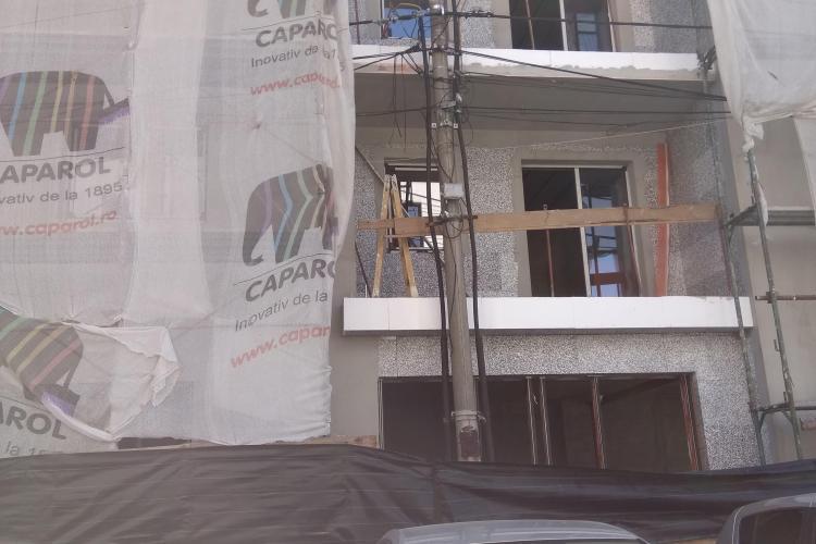 Cum se sfidează urbanismul la Cluj! A apărut un nou bloc cu balcoanele lipite de stâlpul de iluminat FOTO