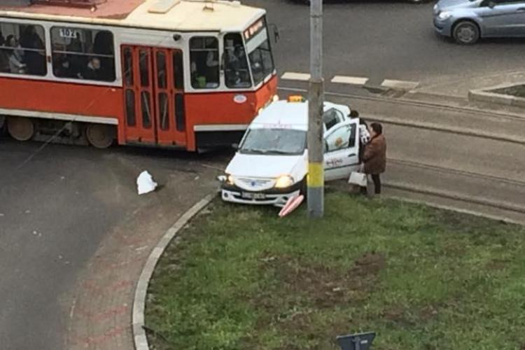 Accident în Mănăștur! Taximetru lovit de un tramvai - FOTO
