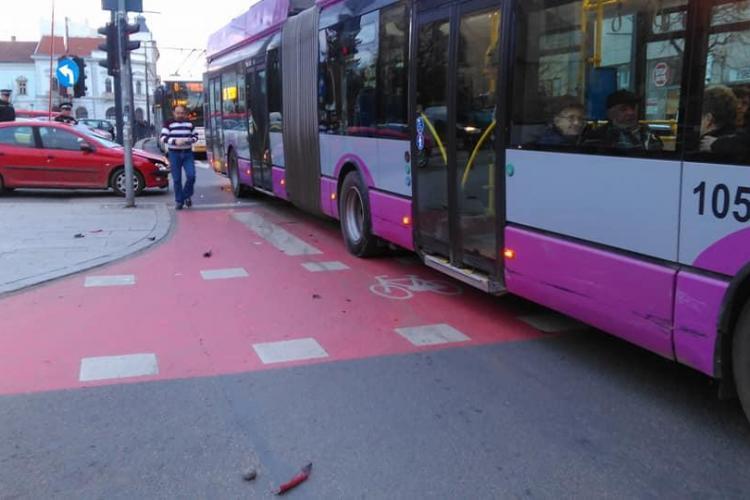 """Accident la ieșirea din parcarea din Piața Unirii! A făcut """"BOC"""" cu autobuzul - FOTO"""