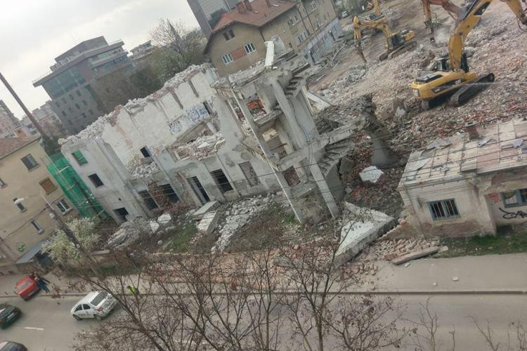 Demolare a la Cluj! Cad bucăți din clădire pe carosabil. Haos în urbanismul clujean - FOTO