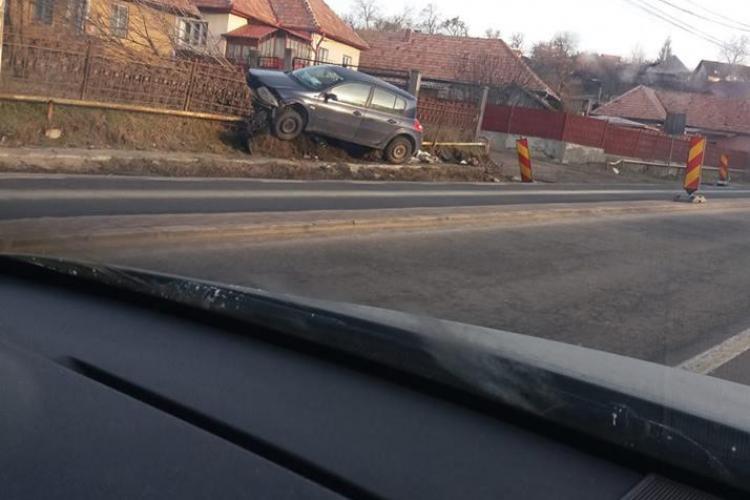 """Accident în Feleacu! Un șofer a """"parcat"""" în gardul unui localnic - FOTO"""