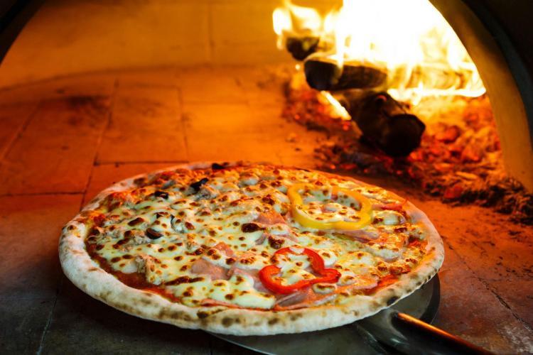 Pizzerie din Cluj, de pe strada Piezișă, acuzată că nu încheie contracte de muncă / Update