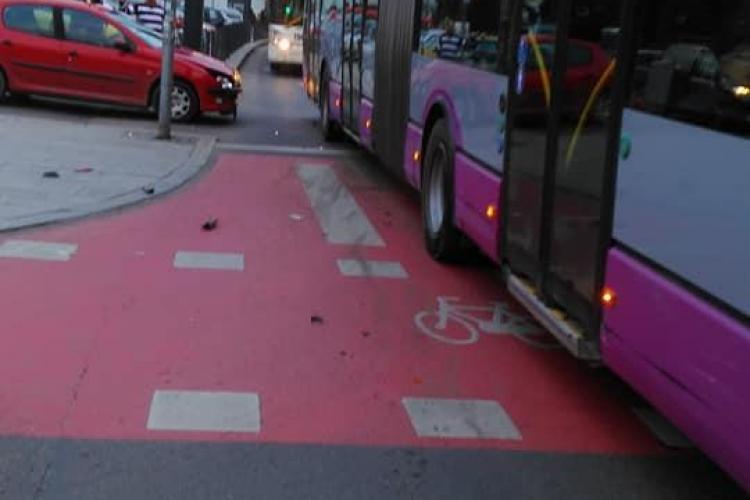 Neatenția costă! Un șofer a intrat cu mașina în troleibuz, ieșind din parkingul din Piața Unirii FOTO