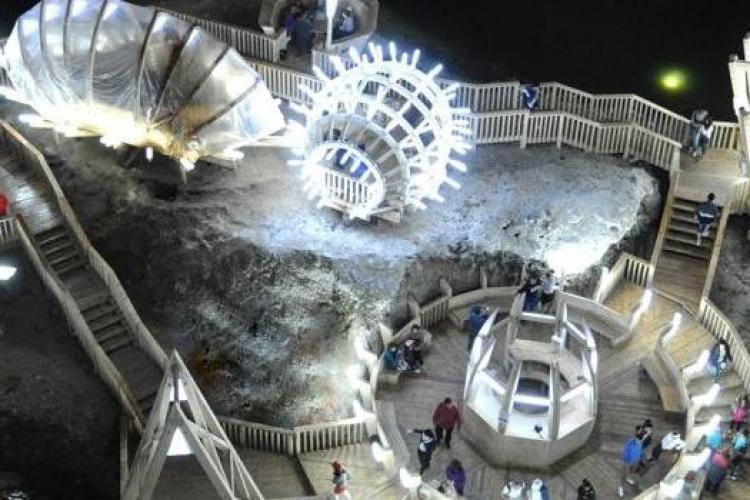 Turiști blocați în roata panoramică din Salina Turda. Pompierii au intervenit timp de o oră pentru a-i scoate