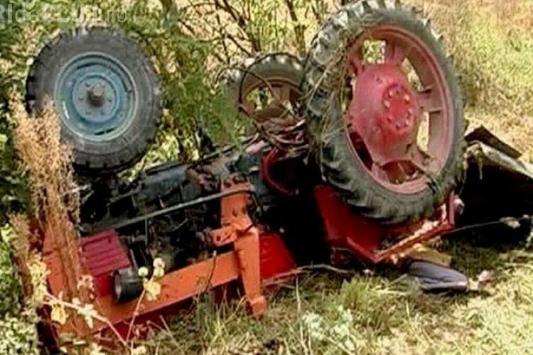 CLUJ: Accident mortal pe un drum periculos. Un bărbat și-a pierdut viața după ce s-a răsturnat cu tractorul