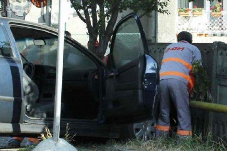 CLUJ: Alcoolul la volan are repercusiuni grave! Un șofer beat s-a izbit cu mașina de o conductă de gaz și a fugit