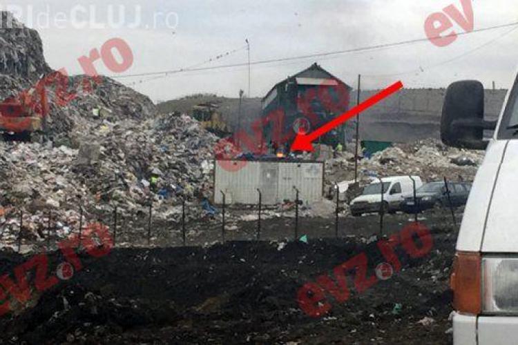 Inconștiență la Groapa de gunoi a Clujului! Angajații fac focul lângă munții de deșeuri VIDEO
