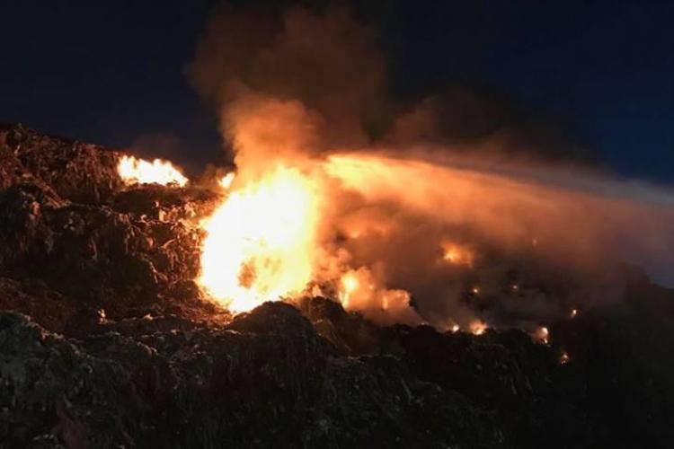 Arde rampa de gunoi administrată de Tișe și Boc - FOTO