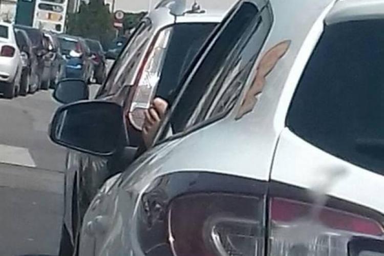 Nesimțire sau nu? Un taximetrist clujean își așteaptă clienții cu picioarele goale, scoase pe geam FOTO