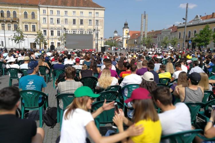 Clujenii s-au strâns în Piața Unirii pentru a o susține pe Halep. Sute de clujeni urmăresc meciul în aer liber FOTO
