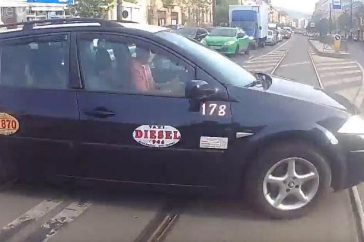 """Cluj-Napoca, strada Horea. Un taxi i-a tăiat calea unui motociclist. E """"Care pe Care!"""" - VIDEO"""