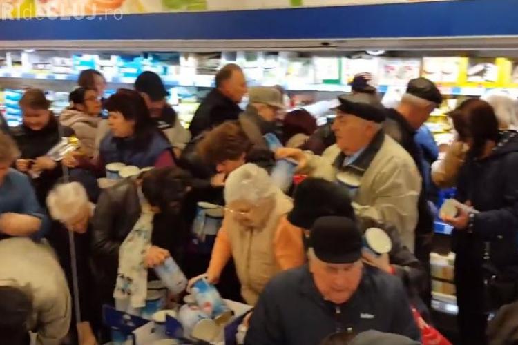 Bătaie pe brânză redusă la un supermarket - VIDEO