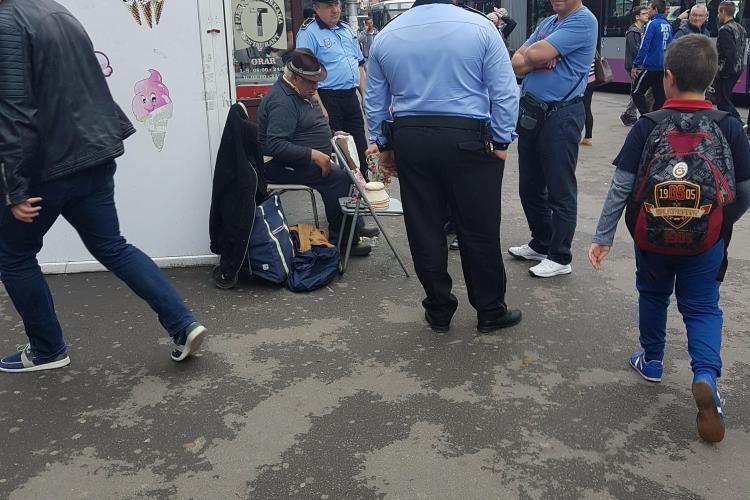 Trei polițiști locali să ridice un vânzător ambulant. Clujul nu mai are probleme?  - FOTO